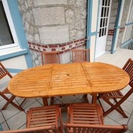 La terrasse offre un accès direct à la plage. Elle est équipée de deux transats et de mobilier d'extérieur.